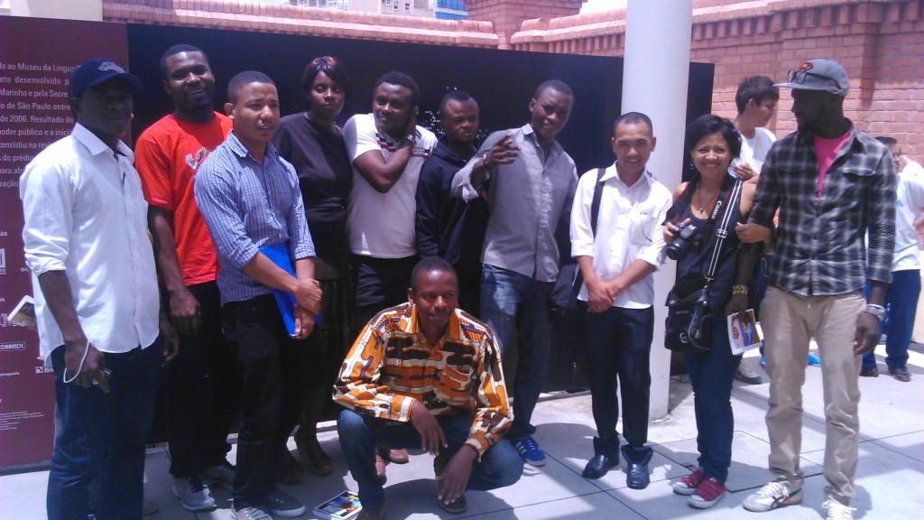 Turma de alunos do curso de português do Sesc ao lado da professora Carmem Venturi (Foto: Géssica Brandino)
