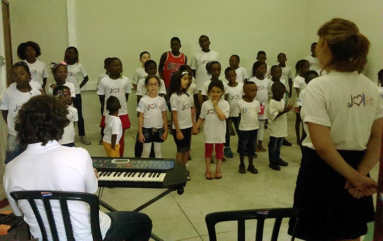 Crianças do coral Coração Jolie, da ONG IKMR - Eu conheço meus direitos (Foto: Géssica Brandino)
