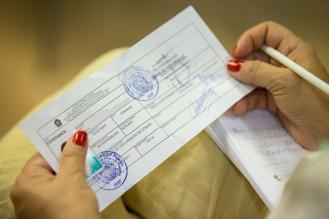 Protocolo de permanência provisória entregue pela polícia federal: o único documento de identificação que o solicitante de refúgio tem enquanto aguarda parecer do Conare (Foto: Felipe Abreu/Pacto Global)